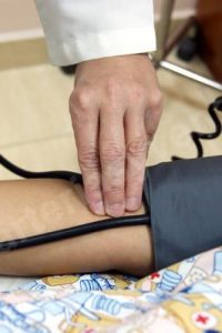 Palpación de la arteria braquial